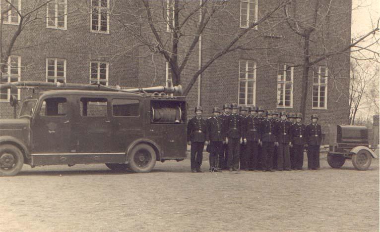 vor der damaligen Aufbauschule mit Löschgruppenfahrzeug LF 8 auf Borgward (heute Gymnasium) ca. 1950