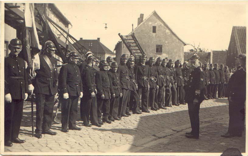 Antreten vor der alten Wache in der Worthstraße (heute Rettungswache der Johanniter-Unfallhilfe)