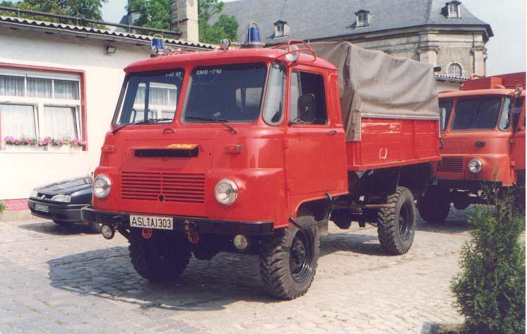 der ehemalige Hilfsrüstwagen auf LO Robur, dahinter der ehemalige GW - Öl auf LO Robur