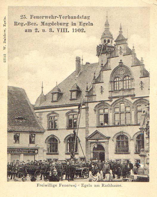 Schauvorführung am Rathaus anlässlich des 25. Feuerwehrverbandstages des Regierungsbezirkes Magdeburg im Jahre 1902
