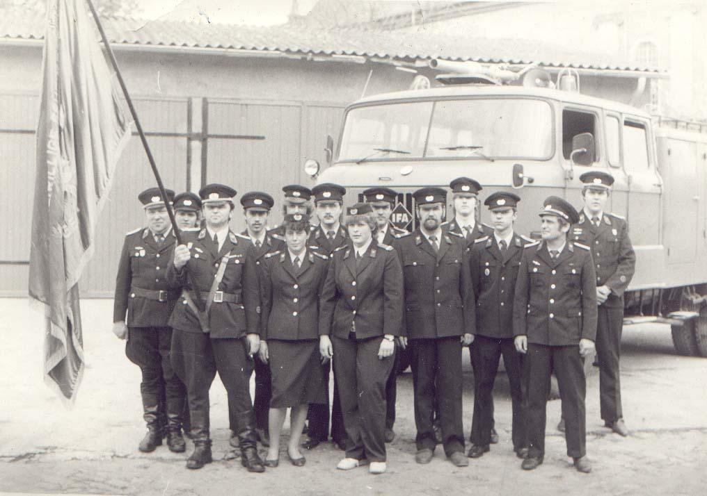 Vor der Wache Worthstraße 1984 / Gruppenfoto auf dem Schützenplatz 1986 mit dem alten Tanklöschfahrzeug
