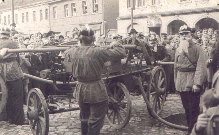 Schauvorführung auf dem Marktplatz 1954 und Löschgruppe Egeln vor der Aufbauschule
